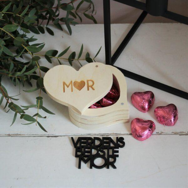 hjerteæske med lyserøde chokoladehjerter og tekst