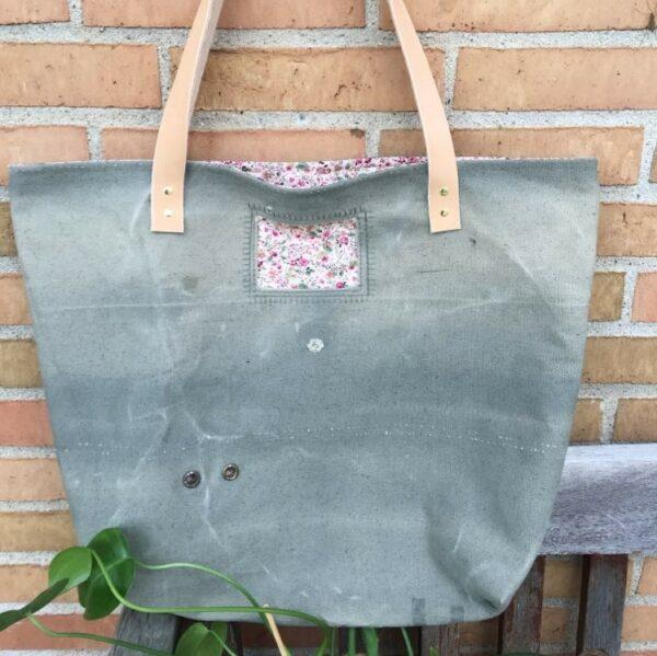 Strandtaske i genbrugs-canvas og blomstret foer